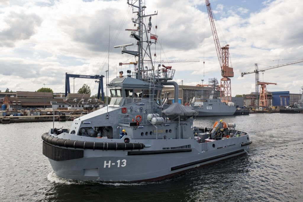 Polish Navy tug Przemko leaves the shipyard