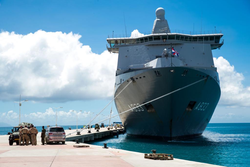 Zr.Ms. Karel Doorman Sint Maarten. Foto Defensie.