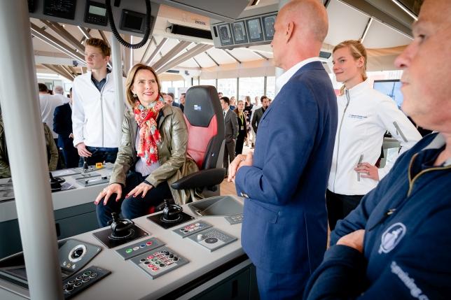 Minister Cora van Nieuwenhuizen bezoekt de marietieme stands op de Innovation Expo en vaart mee op de RT Borkum, die door een kapitein vanaf de wal wordt bestuurd.