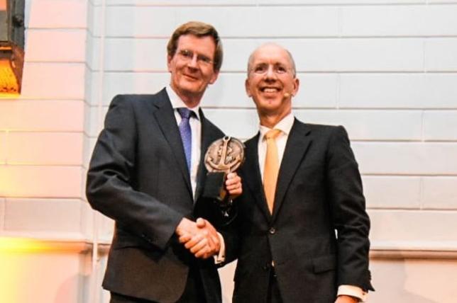 Ruud Vat ontvangt Boeganker van Ronald Paul van het Havenbedrijf Rotterdam. Foto, Nieya van Nie.
