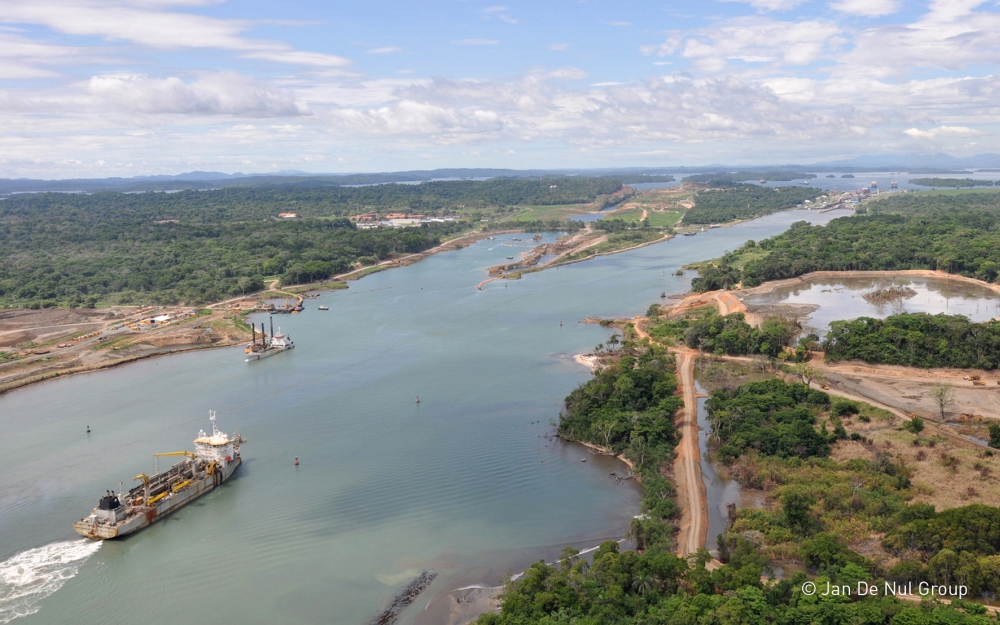 Verbreding en verdieping van toegang van het Panama kanaal. Foto, Jan De Nul