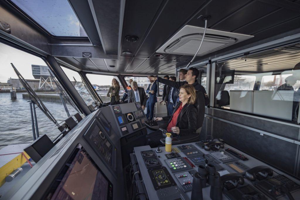 Minister Cora van Nieuwenhuizen aan boord van een Damen schip. Foto, Damen.