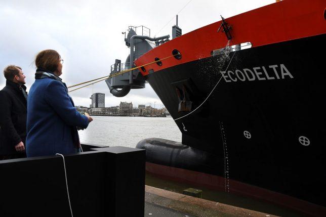 Doop van de sleephopperzuiger Ecodelta op LNG. Foto, Port of Rotterdam.