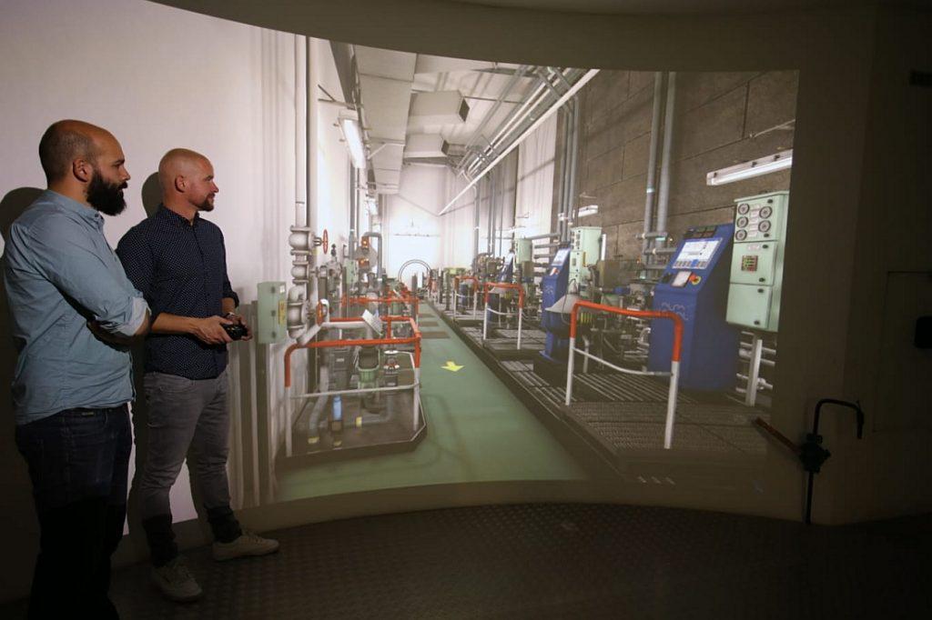 Arjan van Vliet en Ralph Schaafsma voor het projectiescherm met en curve. Foto, MIWB