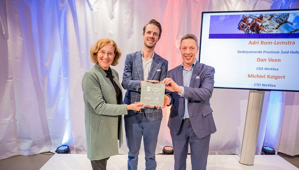Adri Bom-Lemstra, Michiel Katgert en Daan Veen met de Investering voor We4Sea.