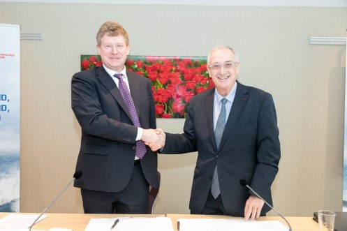 CEO Dave Vander Heyde van IHC en CEO Hervé Guillou van Naval Group schudden de hand.