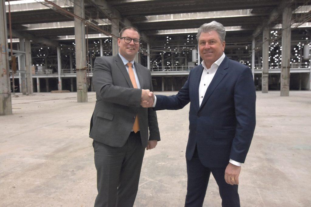 Wethouder Tycho Jansen van economie en Gerard Deen van Deen Shipping schudden de hand voor herontwikkeling Loveld-terrein. Foto, Cees Schilthuizen.
