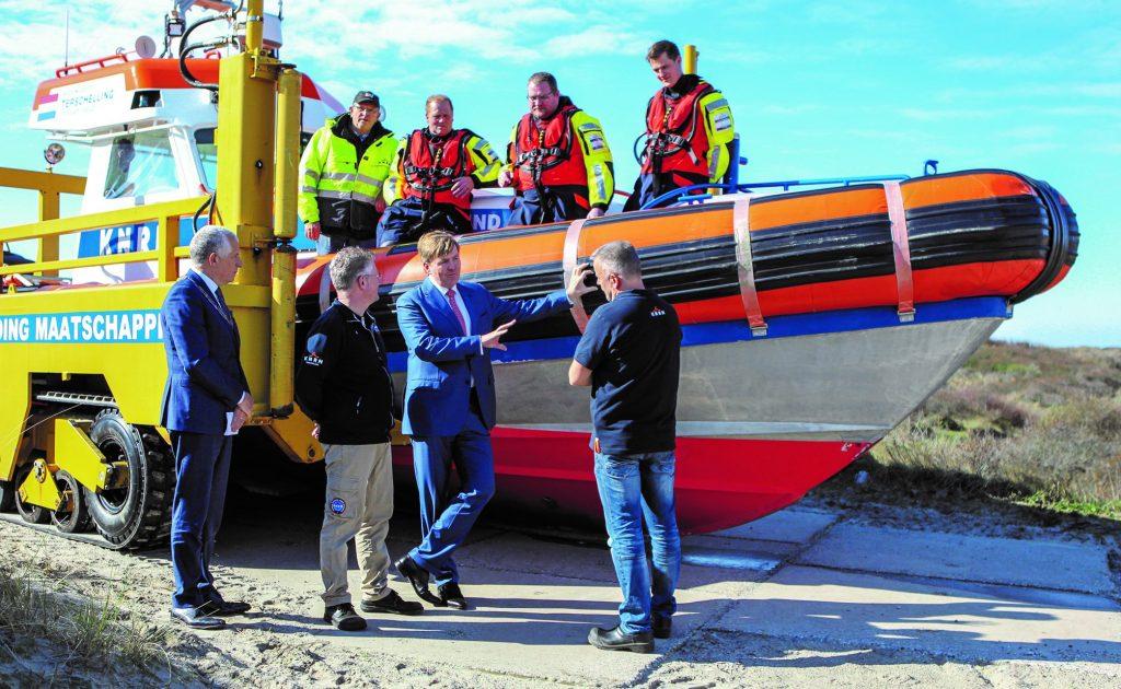 Koning Willem-Alexander praat met vrijwilligers van de KNRM op Terschelling. Foto, Weekblad de Terschellinger.