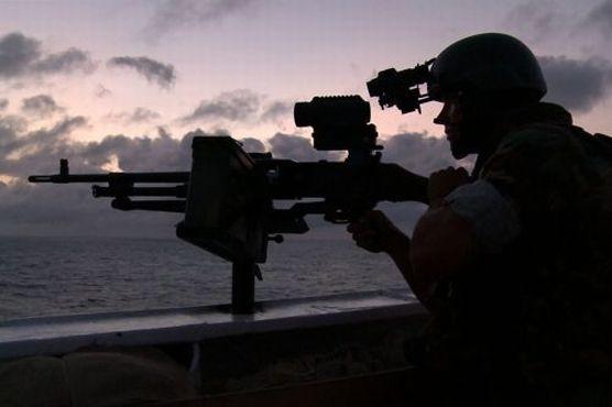 Militair op zee. Foto: Defensie