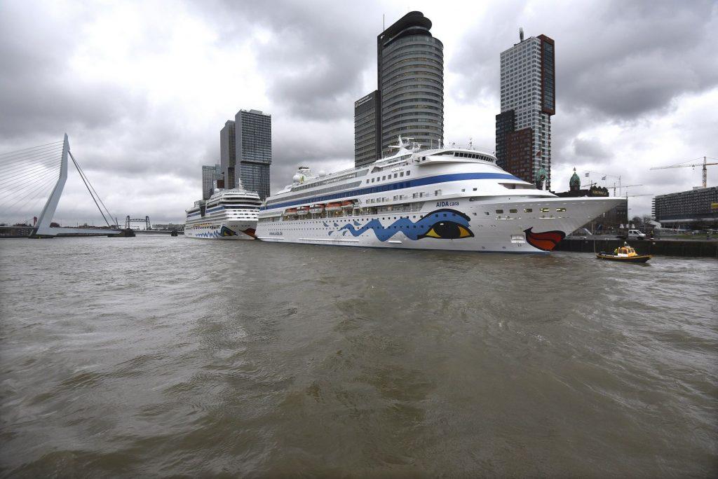 De AIDA Cara opent het cruiseseizoen. Het schip ligt naast de AIDA Mar aan de Holland Amerikakade.. Dit jaar komen er méér dan 100 cruiseschepen aan in Rotterdam. Foto: Ries van Wendel de Joode