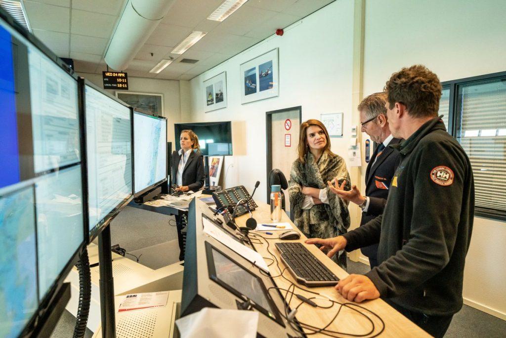 Staatssecretaris van Defensie Barbara Visser krijgt uitlek in het Kustwachtcenttrum. Foto Kustwacht