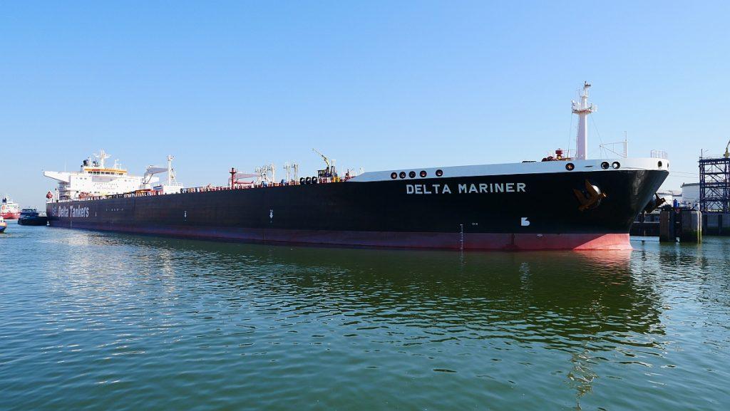 Tanker 'Delta Mariner' als opent Nieuwe Waterweg bij Koole. Foto, Bob van Bruggen.