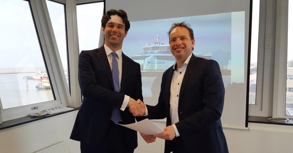 Ronald van Selm, Operations Directeur van Titan LNG en Richard de Vries, Hoofd Operationele zaken van Rederij Doeksen hebben LNG-contract ondertekend.