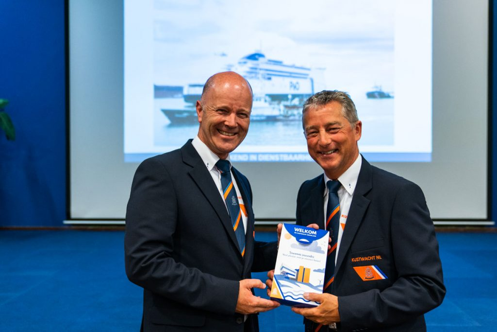 Ronald Blok (links) geeft het directeurschap van de Kustwacht over aan Jan van Zanten Foto Kustwacht Nederland