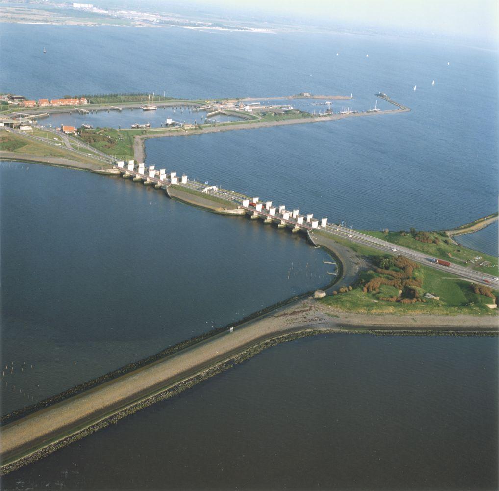 Lorentzsluizen is een sluizencomplex in de Afsluitdijk bij Kornwerderzand foto RWS