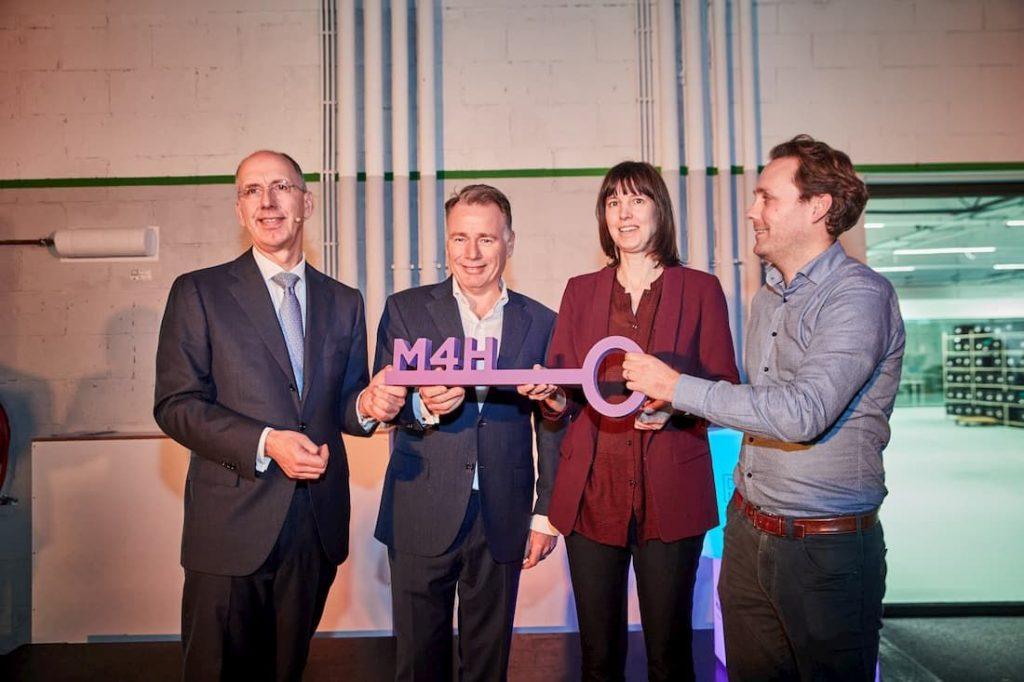 COO Havenbedrijf Rotterdam Ronald Paul (links) overhandigt sleutel 'De Werkplaats' aan eerste drie huurders. Foto, Jan de Groen