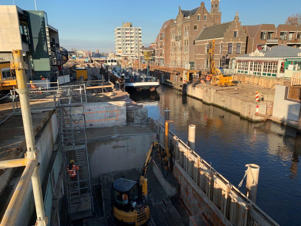 Wilhelminasluis in Zaandam wordt vernieuwd en zorgt voor stremming scheepvaart