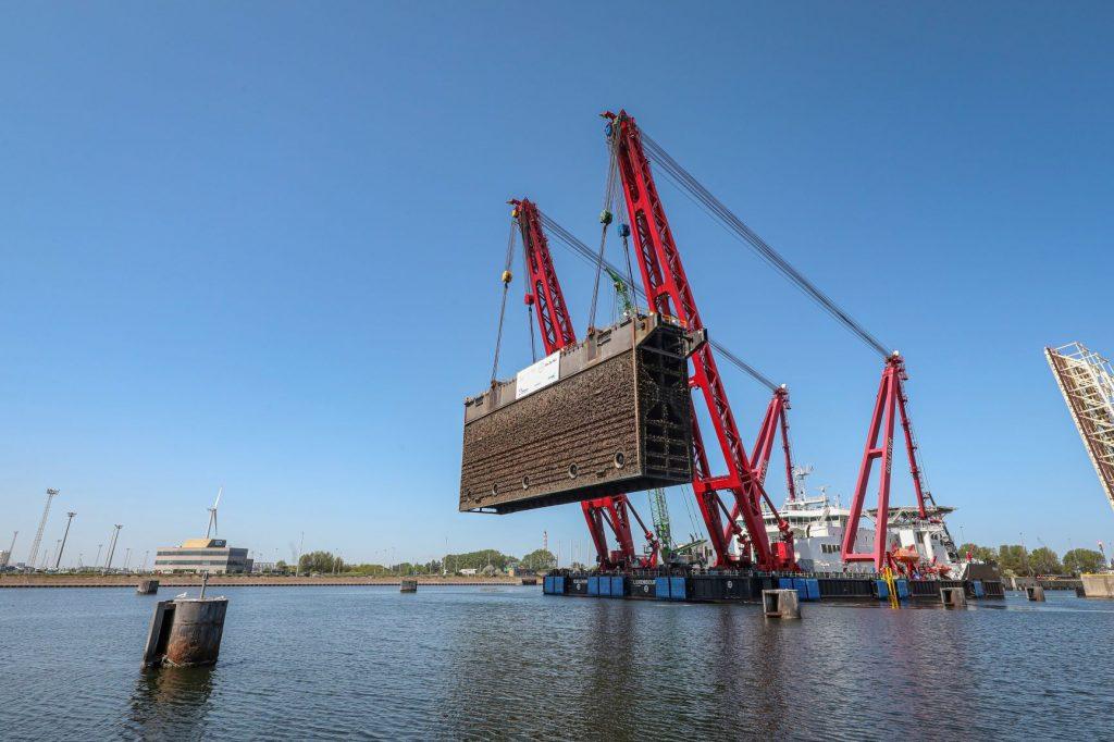 Hijsen-van-de-sluisdeur-Vandammesluis-Port-of-Zeebrugge-Foto-Jan-De-Nul-1