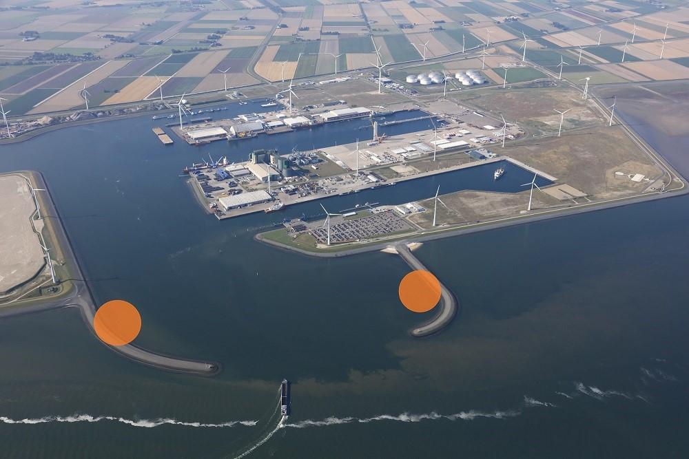 De twee turbines markeren letterlijk de ingang van de Eemshaven (foto: Groningen Seaports)