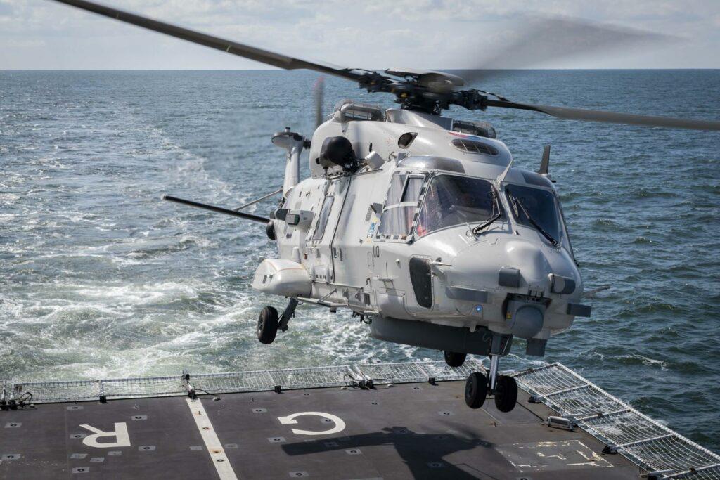 Archieffoto van NH90 helikopter boven achterdek van Zr.Ms. Groningen. Foto, Defensie.