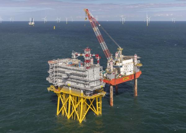 Het Borssele Beta platform (stopcontact op zee) van TenneT is klaar voor gebruik. Op de achtergrond windpark Borssele III &IV in aanbouw door Blauwwind. Foto: Flying Focus