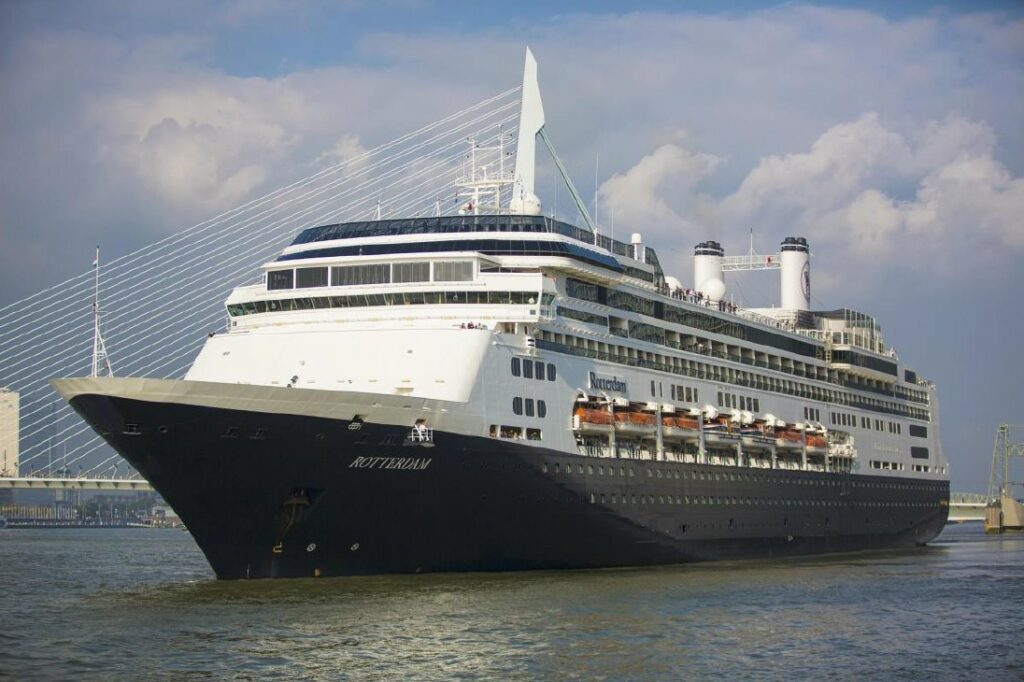 Cruiseschip 'Rotterdam' neemt afscheid in Rotterdam