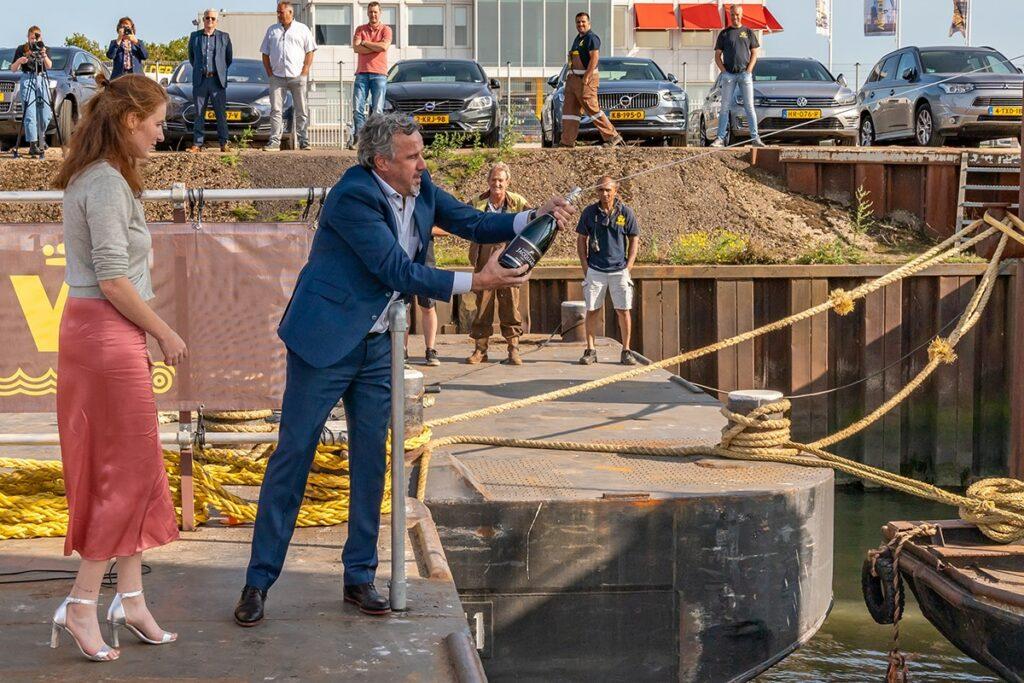 Tijdens doopceremonie van duwboot 'Pieter van der Wees'