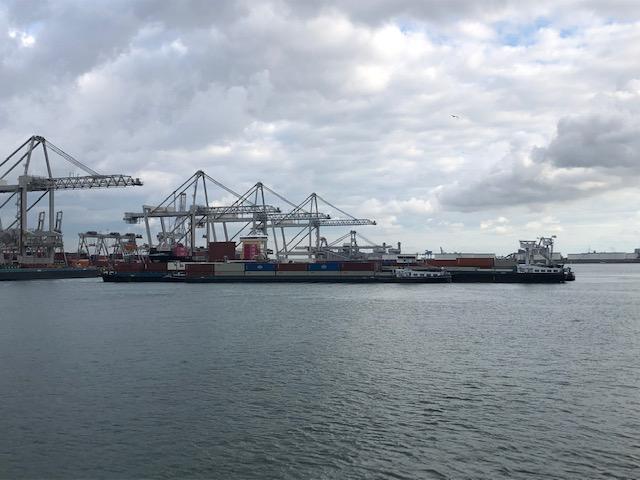 Binnenvaartschepen liggen te wachten bij terminal. Foto, CBRB.