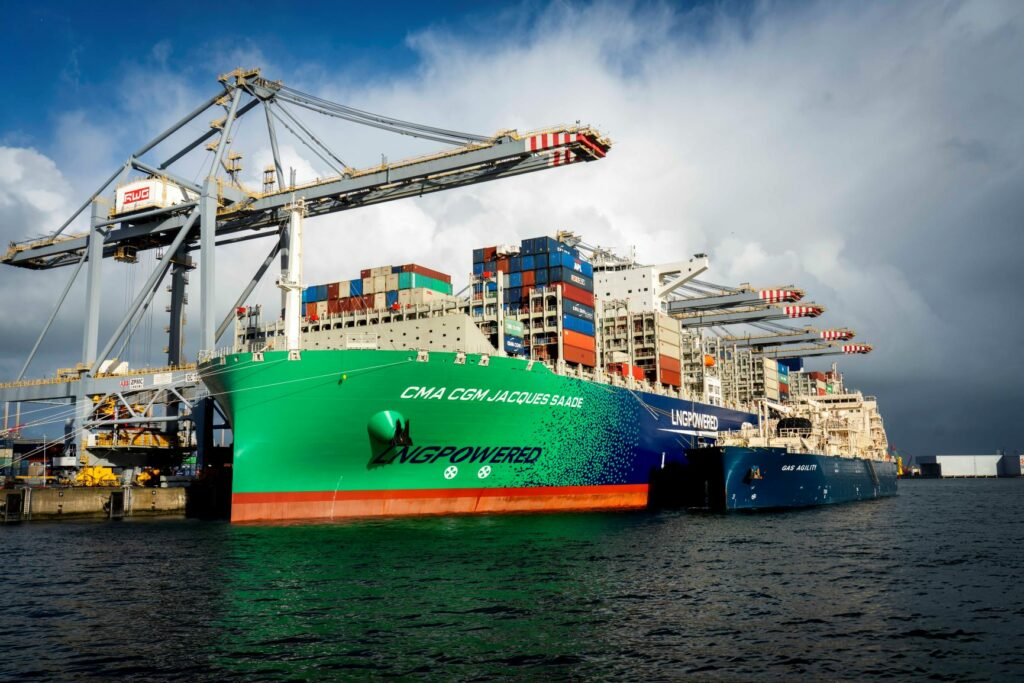 Jacques Saade bunkert LNG van Gas Agility (Jerry Lampen 1)