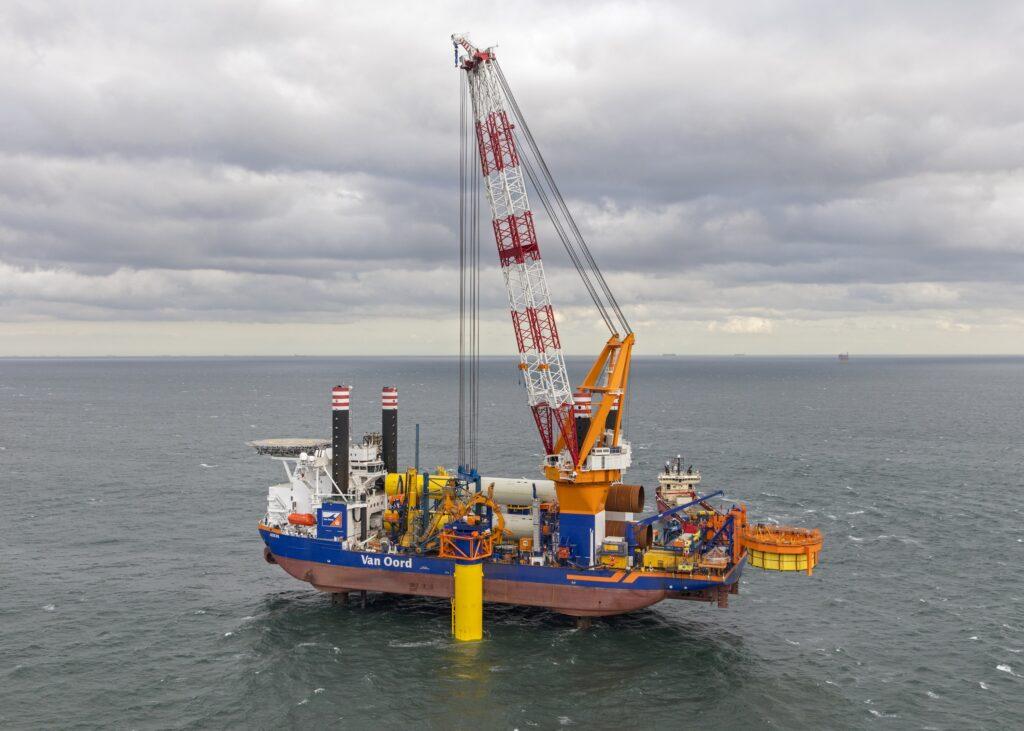 Offshore installatieschip 'Aeolus' van Van Oord.
