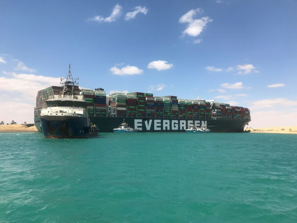 Containerschip vlotgetrokken in Suezkanaal door SMIT Salvage. Foto, Boskalis.
