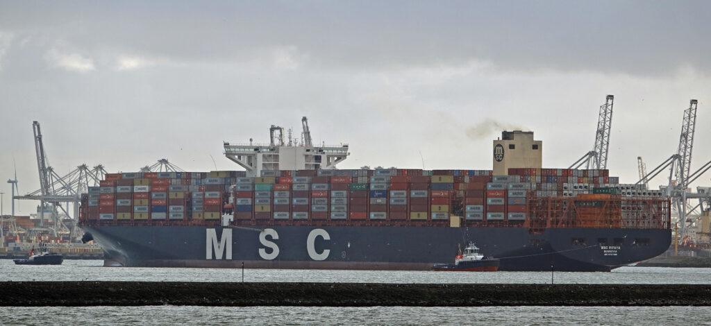 Aankomst van de MSC Rifaya, het gestremde containerschip dat het eerste arriveerde in Rotterdam