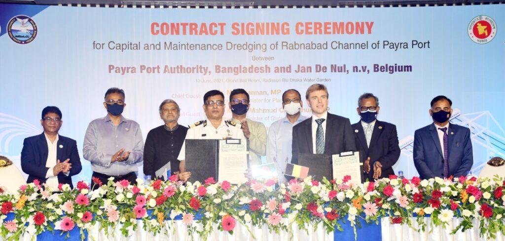 Payra Port Authority en Jan De Nul tijdens ondertekening.