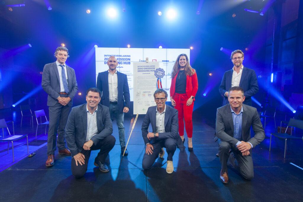 Lancering Zero Emission Dredging Hub (v.l.n.r.): Frans Bosman (Damen), Sjon Kranendonk (Van Oord), Arjen de Jong (Economic Development Board Drechtsteden), Sander Steenbrink (Boskalis), Daniëlle Stolk (Programma Hoger Onderwijs Drechtsteden), Erik van der Blom (Royal IHC) en Maarten Burggraaf (Dordrecht/Drechtsteden).