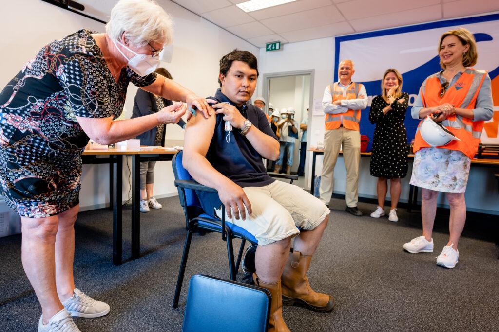 Vaccineren zeevarenden. Foto, Erik Jansen.