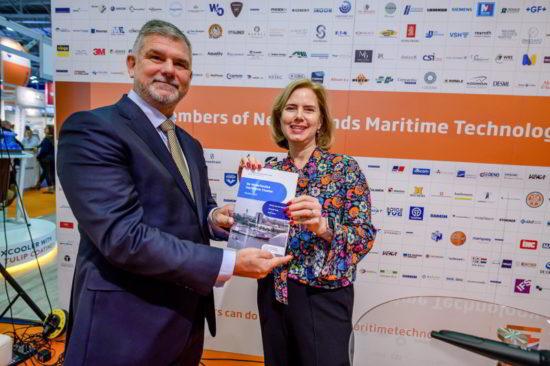 Overhandiging van de Maritieme Monitor 2019 door Minister Cora van Nieuwenhuizen