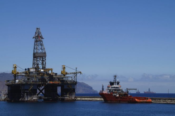 Illustration: A semi-submersible drilling rig and a supply vessel / Image source: Pexels