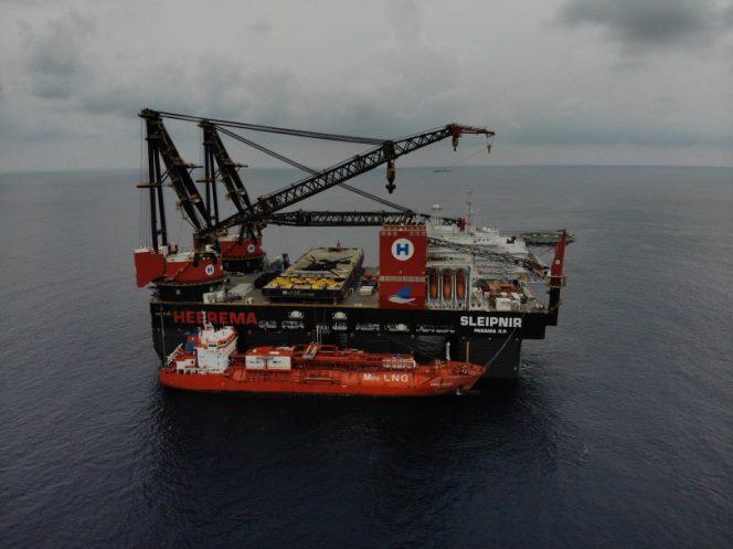 Sleipnir during LNG bunkering - Image by Heerema Marine Contractors