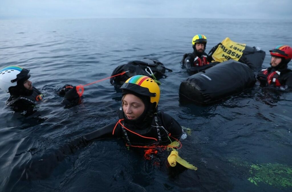 Greenpeace swimmers in the water; Source: © Andrew McConnell / Greenpeace