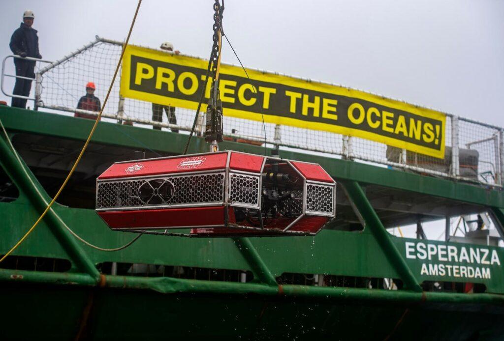 Esperanza vessel lowering an ROV to inspect the leak; Source: © Marten van Dijl / Greenpeace