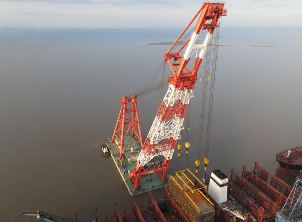 "1,300-tonne LNG tank hoisted on board the ""Sajir"""