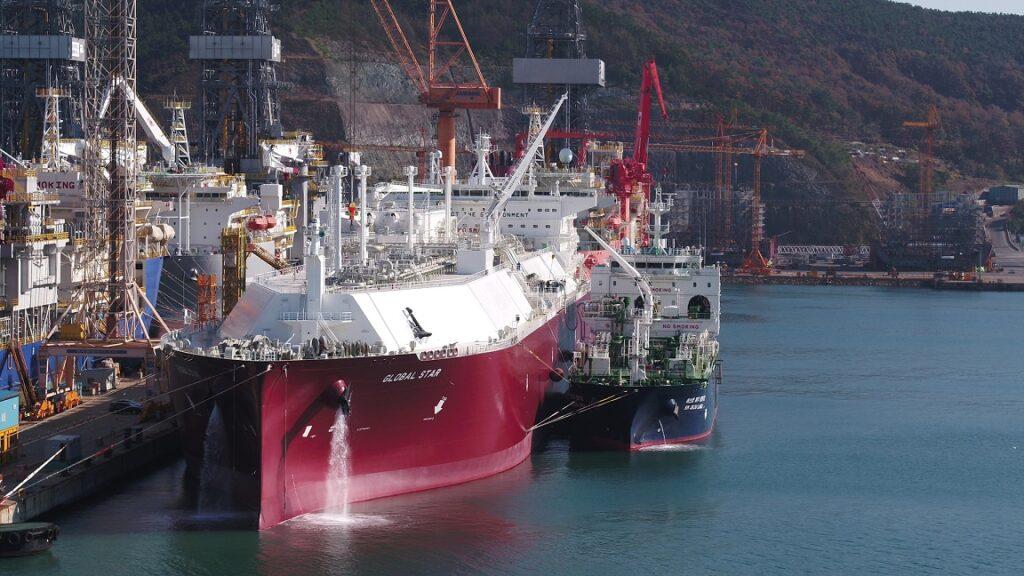 Jeju LNG 2 delivering test volumes to Global Star LNG tanker (Courtesy of Kogas)