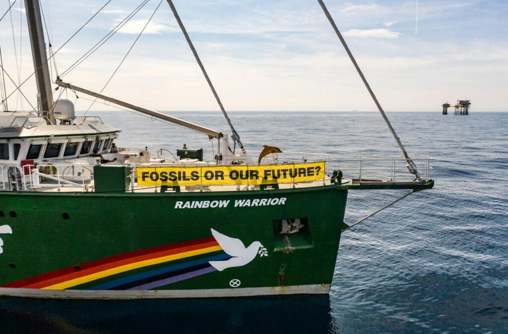Rainbow Warrior and Dan Bravo platform in Danish North Sea; Source: Greenpeace