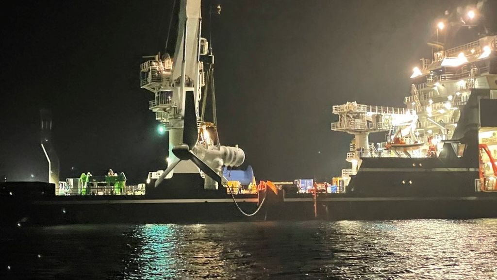 Photo of AR500 during installation in the Naru Strait, located between the islands of Naru and Hisaka in the Goto Island chain (Courtesy of Kyuden Mirai Energy)