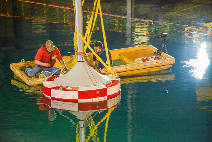 Illustration/Sandia Lab engineers testing wave energy converter (Photo: Sandia National Laboratories)