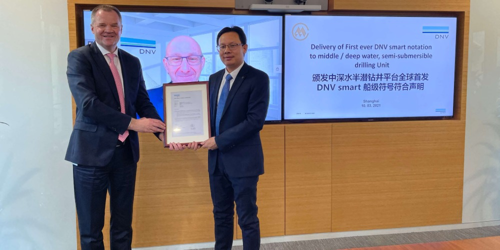 DNV Maritime's Regional Manager for Greater China, Norbert Kray, presents the Smart notation compliance certificate to Mei Xianzhi, General Manager of China Merchant Heavy Industry (Jiangsu)