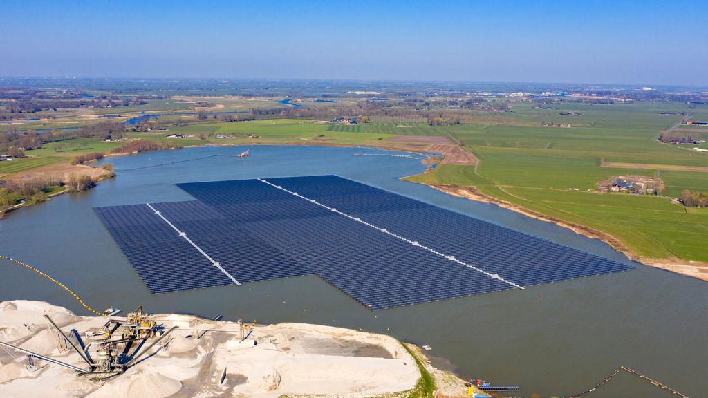 Photo showing 'Bomhofsplas' floating solar farm in Zwolle, the Netherlands (Courtesy of BayWa r.e.)