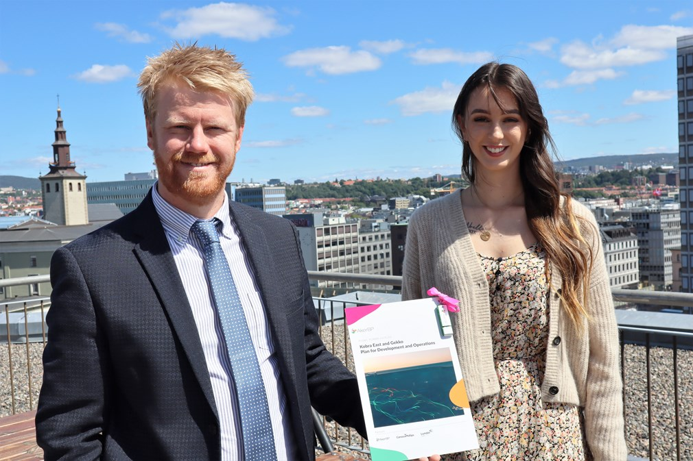 Secretary of State Tony C. Tiller received the plan from apprentice Elena-Michelle Erstad Dale, who works in the Alvheim field - Aker BP